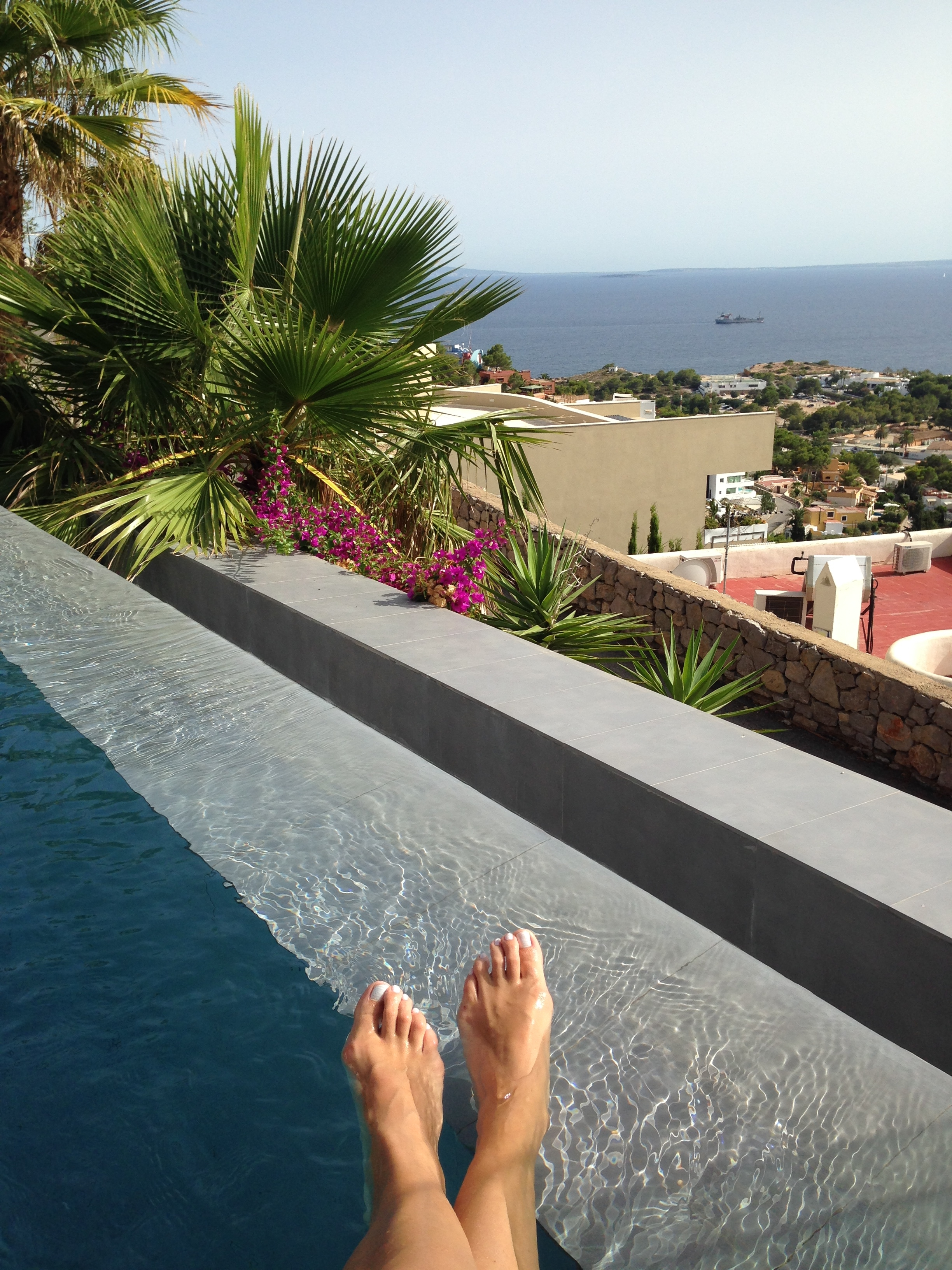 fashion model Janneke Scherpenhuyzen meeki nail polish ibiza feet infinity pool